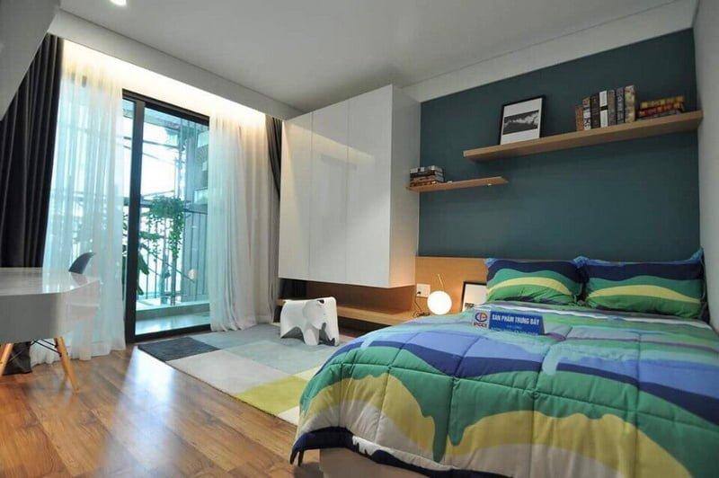Phòng ngủ được thiết kế rộng rãi với lô gia lớn