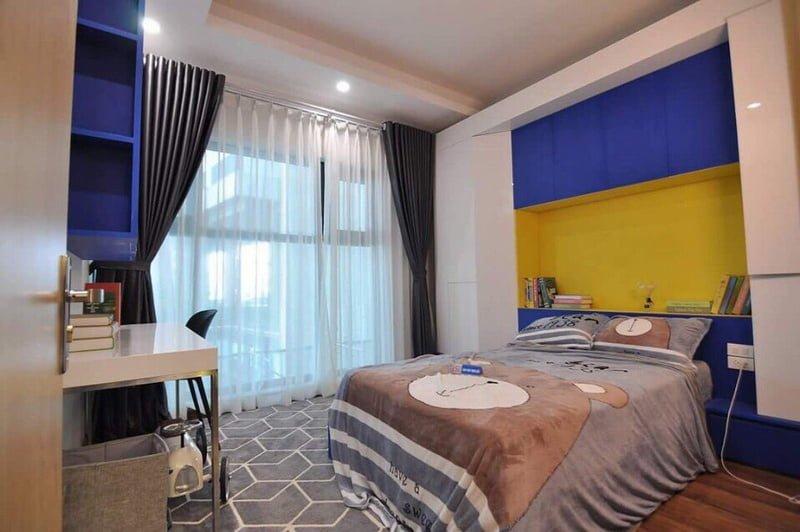 Phòng ngủ nhỏ cũng được thiết kế với ban công lớn, sang trọng và ấm cúng