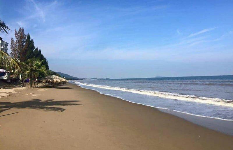Biển Hải Tiến có bờ cát dài, trắng và hoang sơ